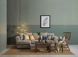 <b>LYST OG ROLIG:</b> Dempede grønntoner virker rolige, og i samspill med gulv, sofa og øvrig interiør skapes her en lys og rolig atmosfære.