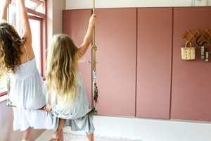 <b>STEMMERETT:</b> Idar Stensvold hos Pure & Original synes det er viktig at barna får være med på å velge farge. Skapene er malt i Carazzo Courtly Rose fra Pure & Original.