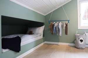 <b>GRØNT:</b> Både grønt og blått, særlig i litt dempede nyanser, kan være gode farger til barnerommet. Veggene her er malt med Butinox Interiør Barnerom i fargen 5743 Lindegrønn.