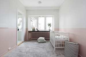 <b>ROSA:</b> Dus, lys rosa sammen med et deilig, mykt teppe skaper en behagelig atmosfære på barnerommet. Rosafargen er S1510-Y70R.