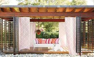 <b>DRØMMEPLASS:</b> Det er lov å drømme og la seg inspirere, om du ikke har plass i hagen til det hele, så kan en sofakrok på balkongen også gjøre nytten. Tekstiler fra Thibaut/Green Apple.