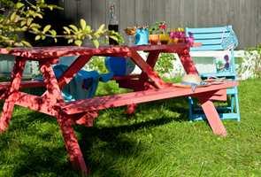 <b>GJENBRUK:</b> Den store trenden er nå gjenbruk. Finn fram gamle møbler og mal i vei med friske farger. De blir som et blomsterbed i hagen.
