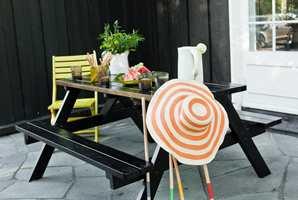 <b>MATT OG BLANKT:</b> Dersom huset er malt med matt maling, blir det en fin kontrast om hagemøblene males blanke i samme farge.