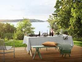 <b>NORDISK:</b> Ta gjerne med den lyse nordiske stilen ut. Med en stor linduk på bordet blir det en herlig atmosfære av sommerfest. Benken er malt med fargen Malakit fra Beckers.