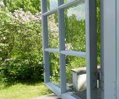 <b>INNE:</b> Den kanten av vindusrammen som vender inn skal ha innefarge.