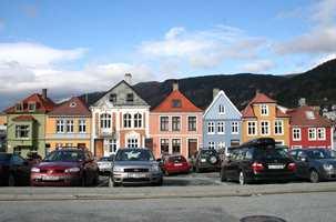 Den som lykkes best med fargesettingen er den som tenker helhet. Men helhet er variasjon. De mange små husene tett i tett i Bergen sentrum innbyr til det.