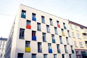 Funkis og særlig det Le Corbusier-inspirerte har fått en ny vår. Primærfarger på små felter, som under vinduer eller på balkonger åpner for en behersket fargeglede.