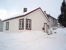 Hvitt er et typisk norsk fargevalg. På vinteren blir det hvite kontrastløst, ofte med sterke blåstikk. Manglende kontrastering rundt vinduer og dører ville ha gjort resultatet enda tristere.