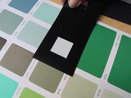<b>RAMME:</b> En pappramme i hvitt, sort eller grått er et nyttig verktøy for å se hvordan fargen endrer seg mot ulik bakgrunn.