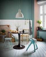 <b>NEDTONET: </b>Myke pasteller i grått, støvete rosa og naturlig grønn gir en lun, sval og luftig følelse. Veggen har fargen «Lycka 860» og «Aubergine 710», mens vindusposten er malt med fargen «Anemon 656».
