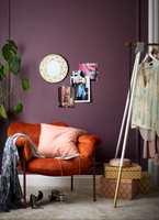 <b>SOFISTIKERT: </b>Lavendel og sotet rosa passer godt sammen med brent oransje og himmelblått. Veggen er malt med fargen «Lavendel 726».