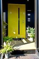 En sprekt gul farge gir flott signaleffekt mot et mørkt hus.
