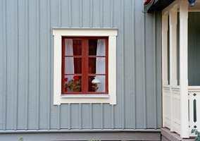 Et vindu må ikke være hvitt. Hvite omramminger får vindusåpningen til å se større ut.