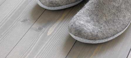 Når den gamle eikeparketten eller det gamle furugulvet virkelig begynner å tape sin fordums prakt, finnes det heldigvis en måte å fornye gulvflatene som verken er spesielt kostbar eller spesielt vanskelig. Slik farger du gulvet med olje.