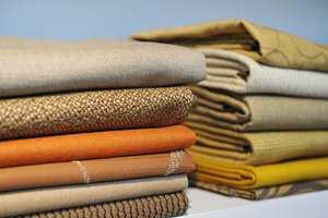 Farger og mønster i vårens tekstiler skaper assosiasjoner til naturen. Strukturen er en blanding av fint og grovt, mykt og fast.