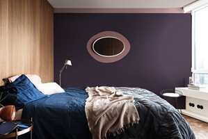 <b>LILLA TIDER:</b> 2018 er ifølge fargesystemet Pantone året for lilla, og også Nordsjö har inkludert lillatoner i sin Heart Wood-palett, som vist på dette soverommet. (Foto: Nordsjö)