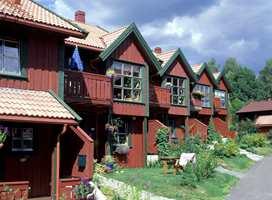 Et rødt hus er trivelig. En dyp rødfarge med mye sorthet harmonerer godt med skogsterreng.. Rødt og grønt med omtrent like mye sort i seg, slik som her,  gir et helt inntrykk, selv om kulørtonekontrasten er stor.