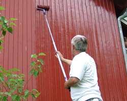 Det er far som setter i gang med malingen ute.