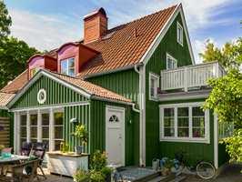 Huset er malt med fargen Granbarr fra Beckers. NCS-kode er S 6020-G30Y.
