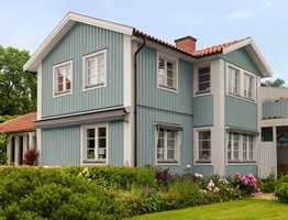 Huset er malt med fargen Stoft fra Beckers. NSC-kode er S 3010-B10G.
