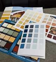 Mange fine farger i fargekartene. Vær obs på at de blir lysere og mer kulørsterke når de kommer opp på veggen.