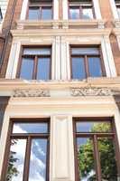 Mange gamle bygg er rett og slett blitt malt i hjel med feil maling eller for mange strøk.