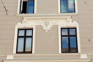 Husets detaljer har en funksjon - blant annet å få vannet, skitten og smusset til å renne av fasaden.