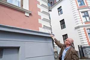 Lag på lag med maling av feil type har ødelagt holdbarheten i pussen på denne fasaden, viser Jens Petter Lunde.