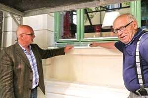 - Vi anbefaler alltid å sette vindusbeslag på gårdene, sier Jens Petter Lunde og blikkenslagermester Svein Iversen ved Røa Blikkenslagerverksted.