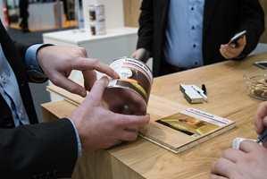 <b>OLJE TIL MATEN:</b> Et av Faxes nye produkter heter Table Top Oil. Det er en olje uten farlige stoffer som er godkjent for alle europeiske kjøkkenbenker.