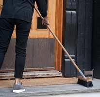 <b>FESTLIG: </b>Det er artigere å feie foran døra med en flott kost. (Foto: Mari Andersen Rosenberg/ifi.no)