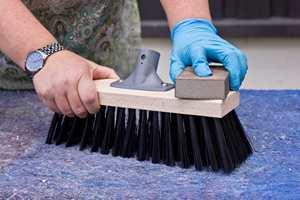 <b>PUSS: </b>Etter å ha blitt vasket, vil enkelte fibre i treverket reise seg. Fiberreisningen fjernes med en lett puss med et slipepapir eller en pussepad. (Foto: Chera Westman/ifi.no)