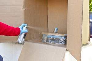 <b>SPRAY: </b>Plasser det du skal male i en pappeske. Slik sikrer du at sprayen ikke fyker rundt i luften og ender opp på feil sted. (Foto: Chera Westman/ifi.no)
