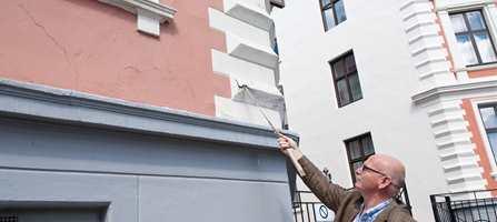 Malermester Jens Petter Lunde uroes over manglende og feilaktig vedlikehold av mange av Oslos pussede bygårdsfasader. - Fasaden kan tilsynelatende se normal ut, men være pill råtten under overflaten, sier han.