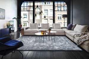 <b>MYKT:</b> Den blå stuen får en myk og hyggelig atmosfære når sofagruppen rammes inn av et tykt teppe. Teppet er fra Intag/Van Besouw.