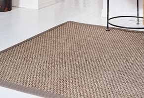 <b>TEPPE:</b> Akustikken er plagsom i mange moderne hus og leiligheter. Det harde lydbildet dempes effektivt med tepper på gulvet. Til denne paletten passer det fint med naturmaterialer som ull og sisal. Teppet er fra InHouse.