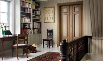 Her er det mye malt treverk i flere farger i samme rom, så det gjør seg godt med vegger og hyller i én farge.