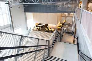 Denne store salen som utgjør inngangspartiet, går like til taket, og har innsyn fra hver etasje oppover.
