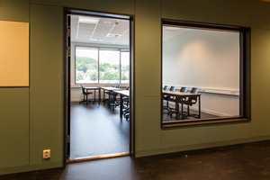 En kan ikke si at skolebygget har en åpen løsning, men uvanlig hyppig bruk av innvendige vinduer, gjør at det er godt inn- og utsyn i de fleste rommene.