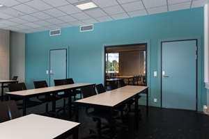 For å bryte opp det industrielle, grå interiøret er det enkelte steder benyttet sterke, klare farger for å gi rommene en mer spennende dynamikk.