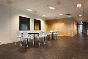 Industriell ramme kombinert med moderne interiør.