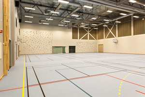 Skolens gymsal tilfredsstiller høye krav og vil i tillegg til skolens aktiviteter også bli leid ut til lokale idrettslag. Hallen kan deles inn i fire separate saler.