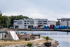 For arkitektene var det derfor naturlig å gi det nye skolebygget et industrielt preg. Men det er idyllisk plassert med egen brygge ut mot Kanalen i Tønsberg.
