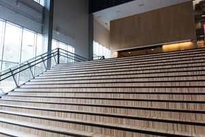 Hovedinngangen leder direkte inn en storstilt sal med gulv av pusset betong og vegger som dels er plass-støpt i ukomprimert betong som gir et røft og industrielt utseende.