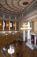 Universitetets gamle festsal er et rikt utsmykket halvrundt auditorium. Dekorasjonsmaleren Peder F. Wergmann er mester for den praktfulle himlingen.