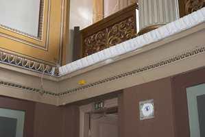 En del av dekoren i salen var skadet. Et sted hadde hele ornamentlisten falt ned. En tro kopi ble produsert av Gipsmakeriet.