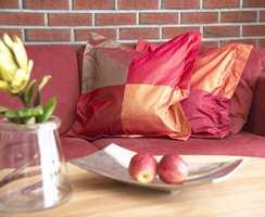 For å friske opp rommet kan puter og mindre gjenstander gjerne være i andre farger enn hovedfargen, f.eks. kontrastfarger eller nabofarger.