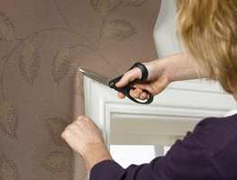 Bruk saks til å klippe et diagonalt snitt ved dør- og vindusomramminger.