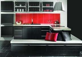 Røde farger er tøft, særlig i kombinasjon med et svart kjøkken.