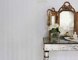 <b>FERDIGTAPETSERT</b> Veggplatene fra Forestia er tapetsert i Classic, 14221 Stripes Off-White/Pearl. (Foto: Forestia)